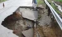 Estrada colapsa sob o efeito das chuvas