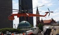 Helicóptero de Carga Transporta Materiais de Construção