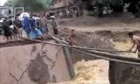 Ponte pedonal improvisada após colapso