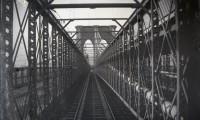 Atravessando a Ponte de Brooklyn em 1899